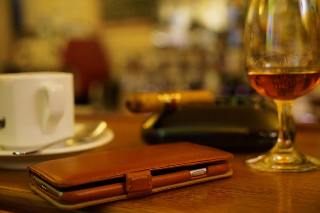 Simpel & Exquisit:  Das trooble iPhone 6s bookcase serviert mit Espresso, Rum und Zigarre